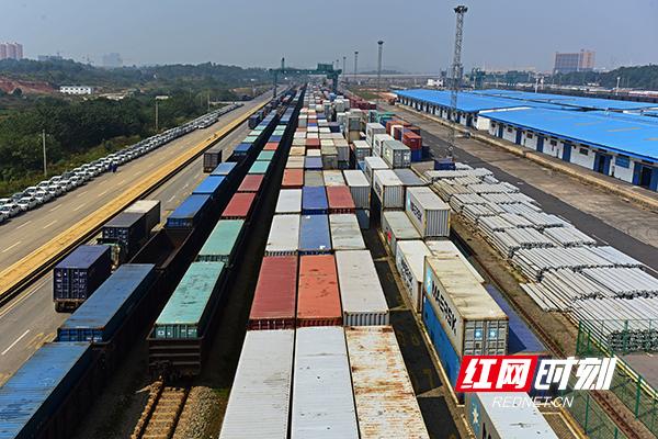 国际班列正在长沙货运中心编组装车--副本.jpg