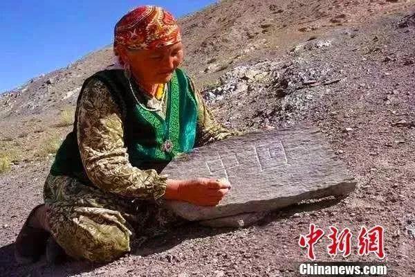 """58年!她行走80000多公里 在十余萬塊石頭上刻下""""中國"""""""