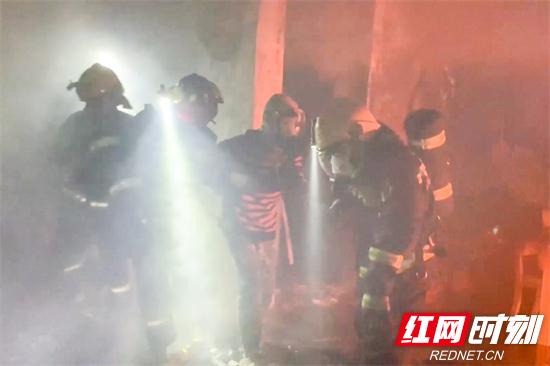 【实拍】居民楼深夜起火4人被困 张家界消防成功营救