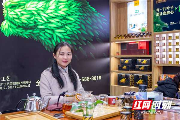 桂东玲珑王小茶叶是一个非常成功茶文化产业品牌,它是一种高山云雾茶,已有300多年的历史。玲珑茶紧细弯曲,状若环勾,色泽苍翠,银毫毕露,冲泡后汤色清亮,滋味醇厚。