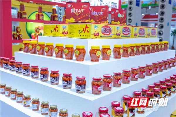 """来自汝城辣椒酱,通过细分辣椒市场制作不同瓶装辣椒酱。""""湘汝""""牌小米辣系列产品,有小米辣、小红辣、酱辣椒、剁辣椒、二荆条、酸辣椒、红泡椒、蒸鱼宝等。"""