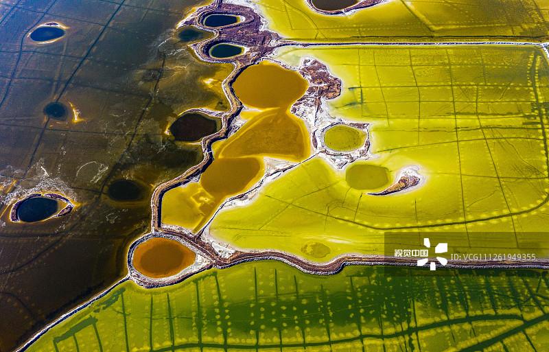 2019年12月2日,山西运城盐湖景区,航拍色彩斑斓的盐湖景观。连日来,山西省运城市持续出现低气温天气,运城盐湖景区的色彩依旧色彩斑斓,从空中俯瞰,犹如调色盘,蔚为壮观,成为冬日一道靓丽的风景。