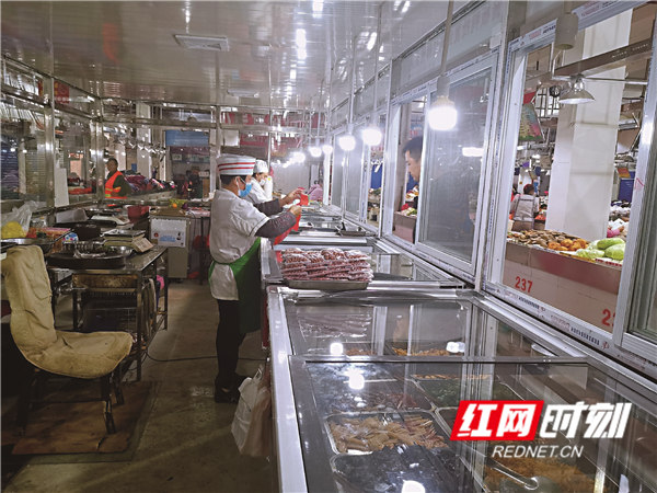 改造一新的涟钢农贸市场。