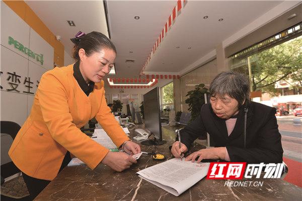 娄底华润燃气有限公司服务大厅,工作人员指导市民办理燃气业务。