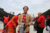 国际志愿者日 靖州志愿者2000件冬衣温暖村民