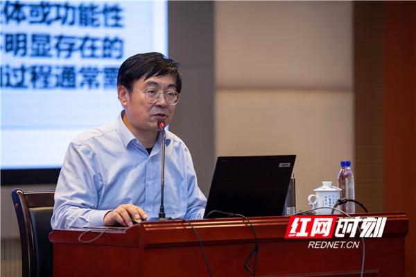 北京师范大学数学课程教材研究中心的主任、博士生导师曹一鸣基于数学核心素养,谈数学教学改进研究。