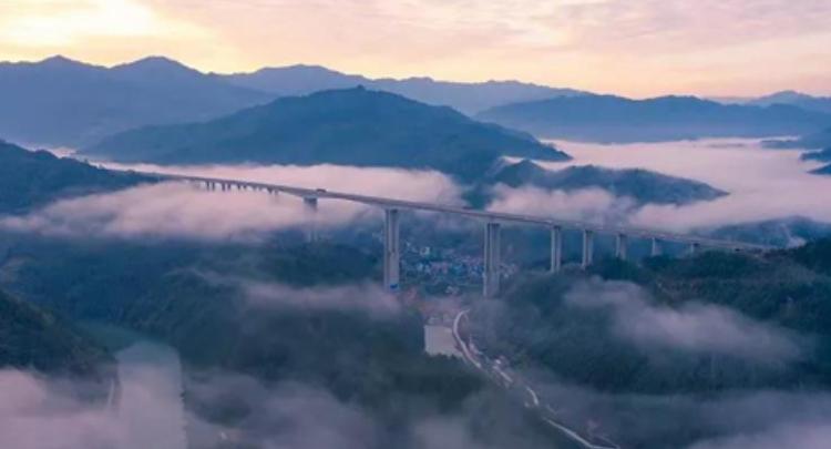 三江高速公路大桥彩云缥缈