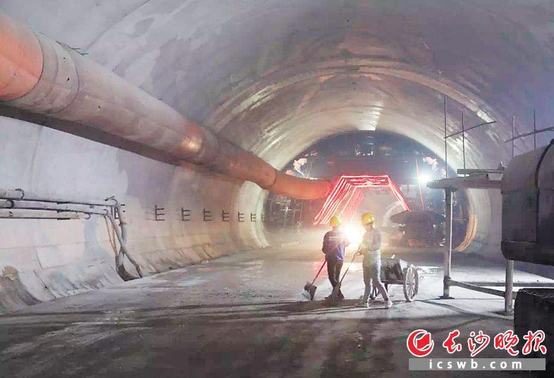 麓景路南延线隧道南洞内,工人们正在施工。长沙晚报全媒体记者 陈焕明 通讯员 邓心怡 摄影报道