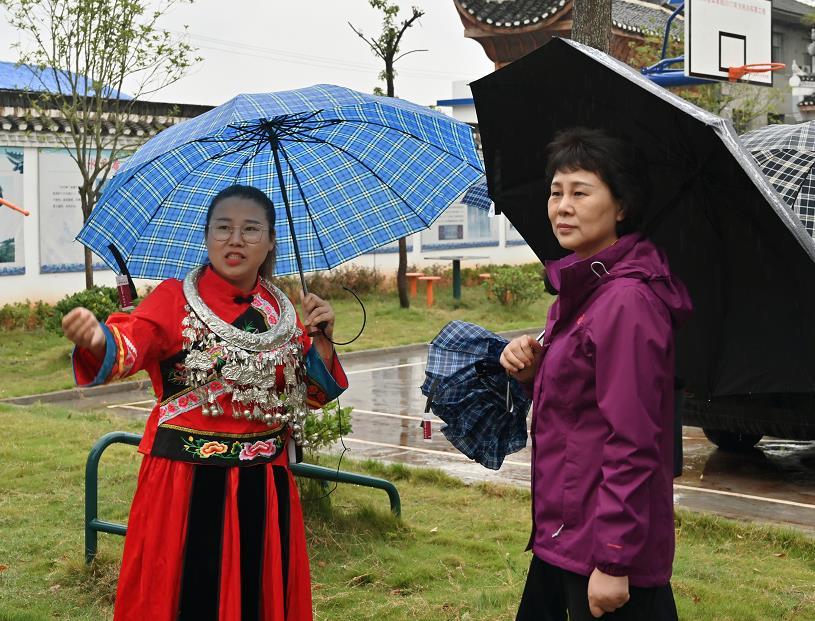 黄兰香还前往同心酉庄、火马冲镇山塘驿村,调研了同心美丽乡村创建工作情况、新时代文明实践情况。