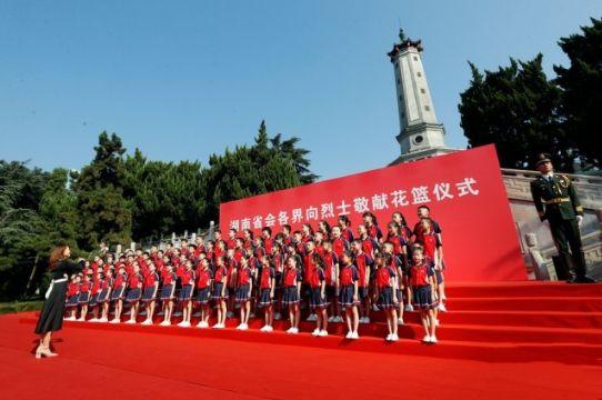 少先队员们在烈士纪念塔下唱响《我们是共产主义接班人》。以上图片均为湖南日报记者 罗新国 摄