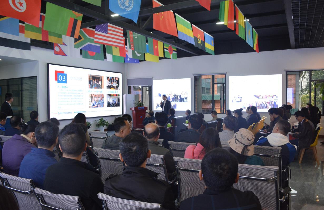 """湖南—非洲企业合作中心是由湖南麓山国际贸易有限公司搭建的国际产业合作公共服务平台,今年5月正式启动运营。黄兰香一行观看了宣传片,了解了培训指导工作情况。黄兰香希望,充分发挥平台优势和作用,教育培养更多的非公经济人士,引导海外华人华侨归国创业,促使其更好地融入""""一带一路""""建设。"""