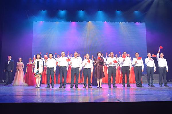省委统战部部领导与表演人员齐唱《歌唱祖国》,尽情抒发对祖国的热爱之情。