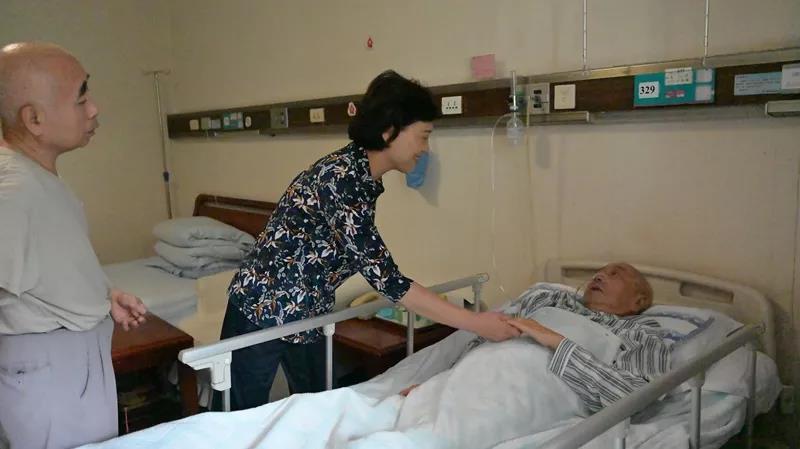 省委常委、省委统战部部长黄兰香走访慰问老同志彭世凡。
