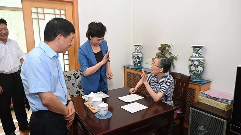 省委常委、省委统战部部长黄兰香走访慰问老同志谢增昌。