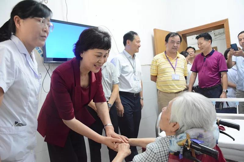 省委常委、省委统战部部长黄兰香走访慰问老同志蒋慎仪。