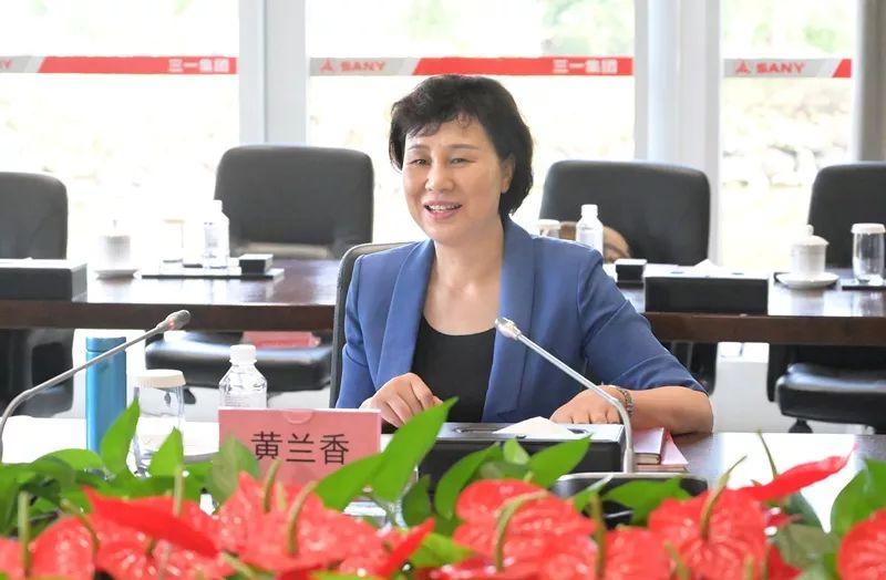 黄兰香指出,中华人民共和国成立70年来,尤其是改革开放40多年来的辉煌成就,离不开民营企业的巨大贡献。希望广大民营企业家进一步发挥创新创业精神,走好未来的路。希望把老一代民营企业家艰苦创业的优良传统、爱党爱国的家国情怀、高质量发展的先进理念、为社会做贡献的担当精神传承下去,影响带动更多的年轻一代企业家,积极创新改革,推动全省非公有制经济高质量发展,为建设富饶美丽幸福新湖南贡献力量。
