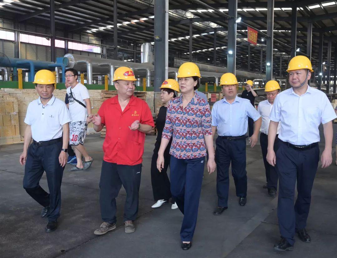 """31日上午,黄兰香还前往冷水江,开展""""优化营商环境,促进民营经济高质量发展""""课题调研。"""