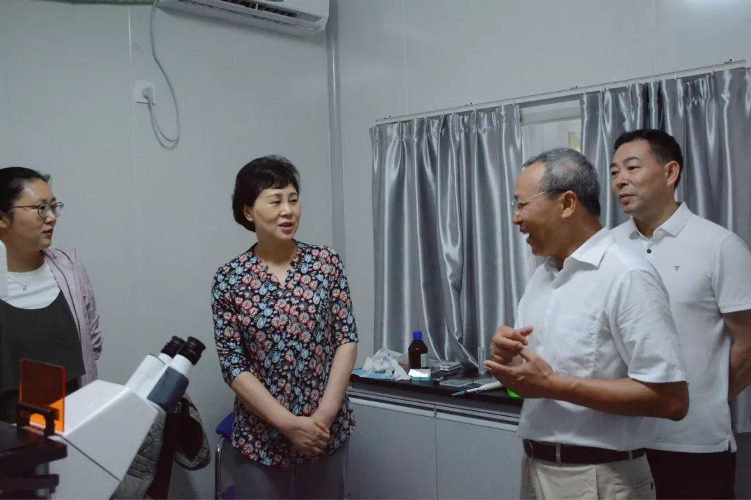 上午,黄兰香还看望慰问了省知联会会长、中科院亚热带农业生态研究所首席研究员吴金水,参观考察了研究所实验室。