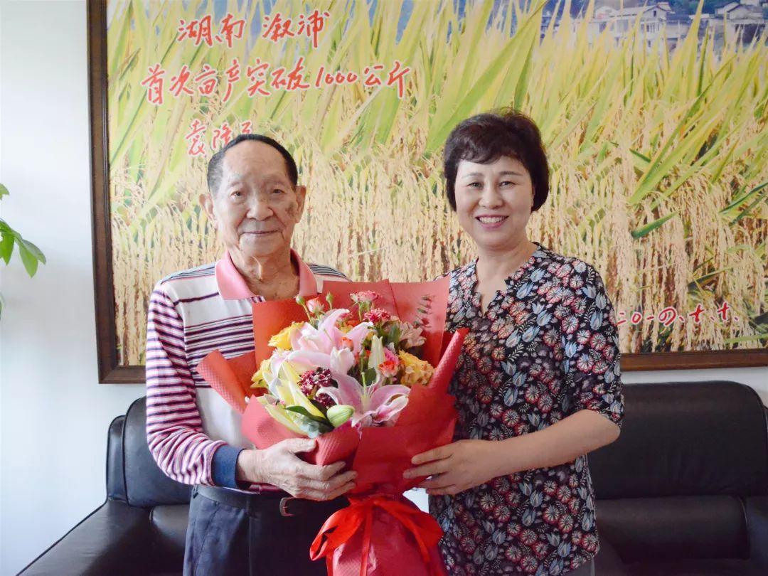 在湖南杂交水稻研究中心,黄兰香关切地询问了袁隆平院士生活和身体情况,向依然战斗在科研一线的他表达敬意,并提前向他送上90岁(虚岁)生日祝福。