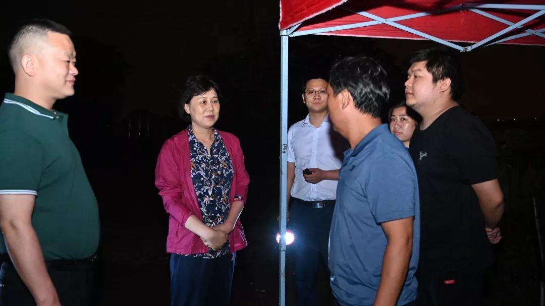 7月9日晚上,省委常委、省委统战部部长黄兰香来到湘潭暗访抽查防汛工作,并在市防汛抗旱指挥部参与防汛会商。