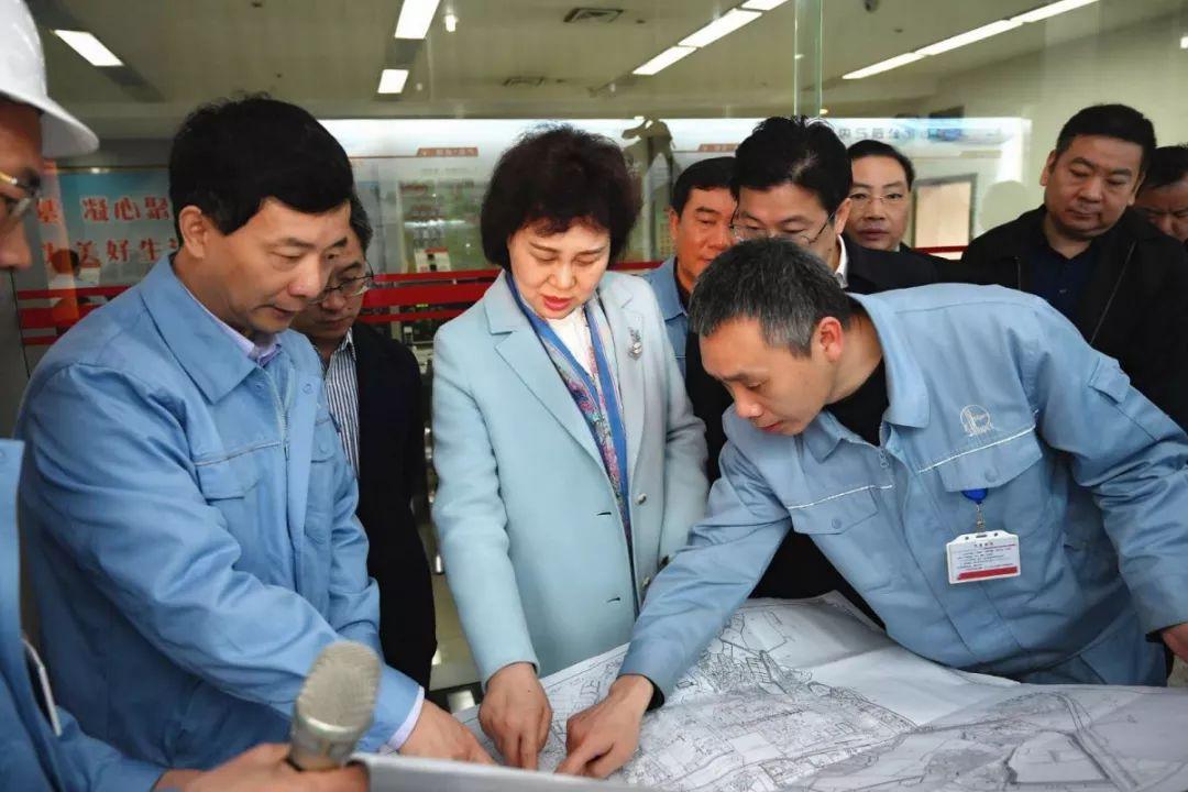3月28日,黄兰香在岳阳市专题调研己内酰胺搬迁扩能延链项目。