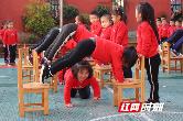 凳子也可以当玩具 一物多玩让孩子们乐翻天