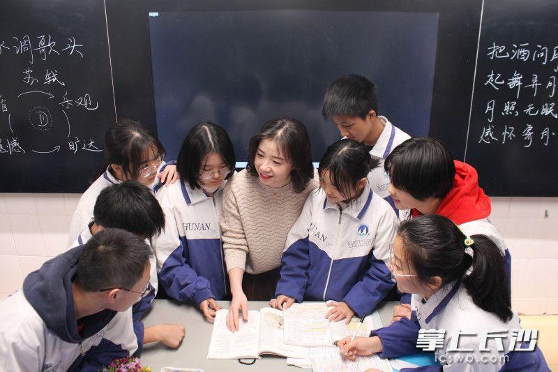 湖南省地质中学刘敏在课堂上参与学生小组讨论。