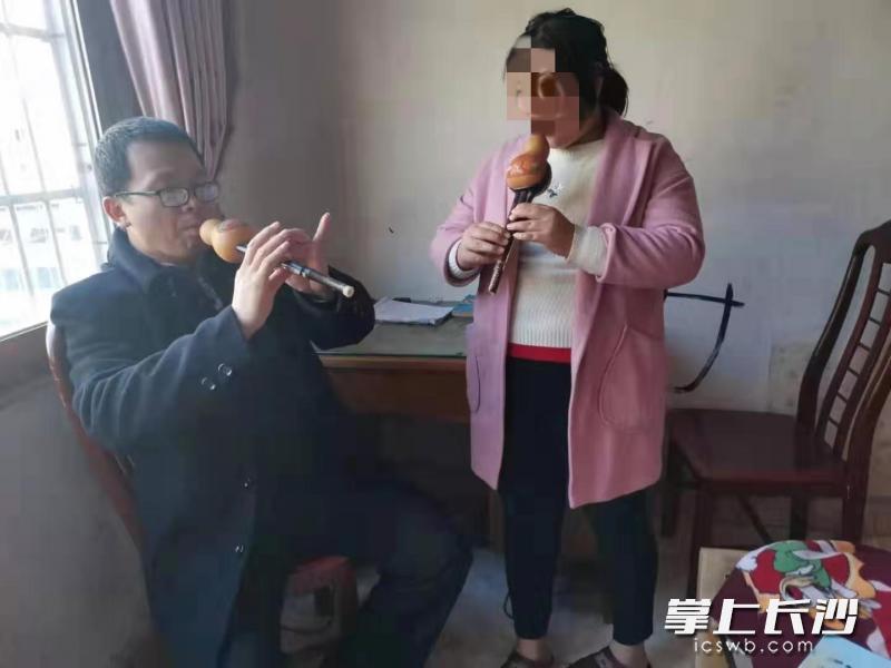 徐子平老师在教小寻学习葫芦丝。