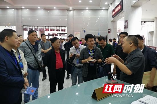 雷清波在向法制周报媒体采访团介绍旅游速裁法庭经验.jpg