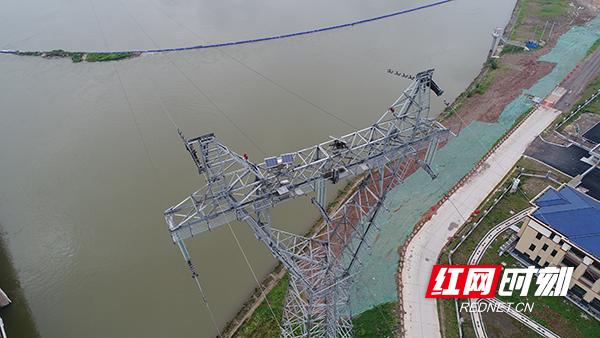 图为工作人员通过无人机拍摄的220千伏双漳线塔头冰情监视器.jpg