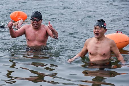 People enjoy winter swimming in Hengyang, Hunan