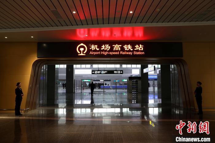 银川河东国际机场高铁站现已正式具备投运条件,成为西部首个铁路、航空、公路无缝换乘的综合交通枢纽。 杨迪 摄