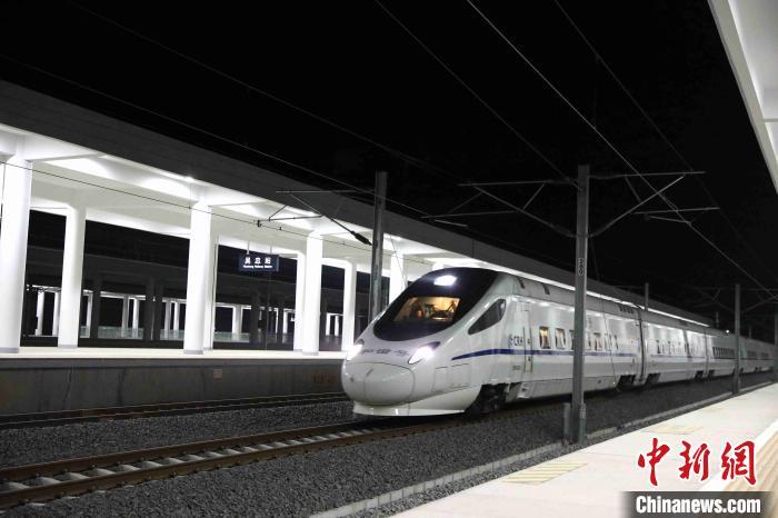 11月28日,记者在吴中站拍摄到的正在调试运行中的银中高铁列车。(资料图) 杨迪 摄