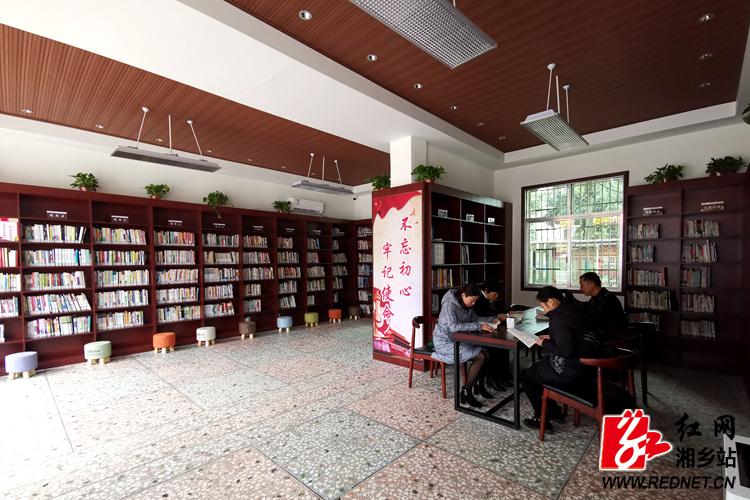 龙洞镇图书馆24小时开放 群众随时品味书香