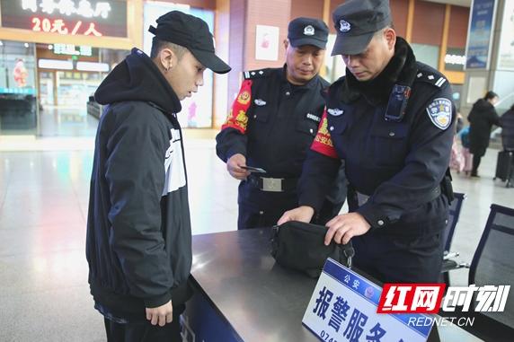 怀化:火车站民警加强安保力量迎春运