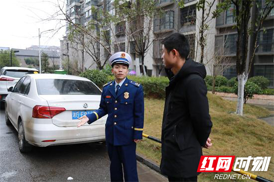 张家界消防走进小区开展消防通道检查 (1).jpg