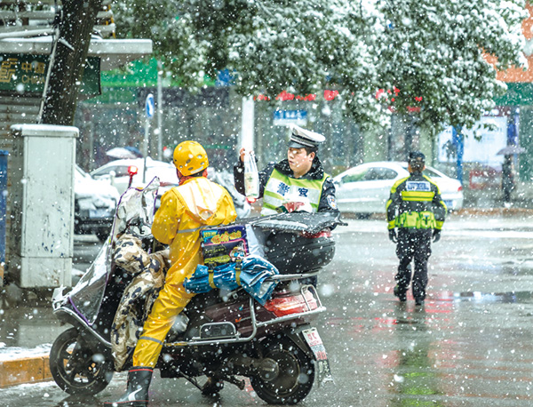 一張外賣騎手為風雪中的瀏陽交警送午餐的照片,不僅成為網絡上點擊率節節攀升的熱門照片,更登上了《人民攝影報》頭版位置。