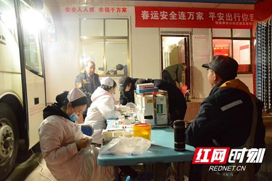 寒冬深夜!张家界130位公交人集体献血