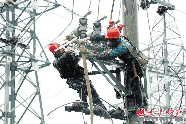 无论天气多么恶劣,国网长沙供电公司的电力工人都坚守在建设一线。 国网长沙供电公司供图