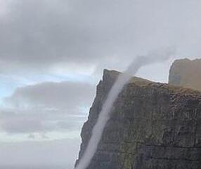 """丹麦现""""反重力""""瀑布 逆流而上冲过470米绝壁"""