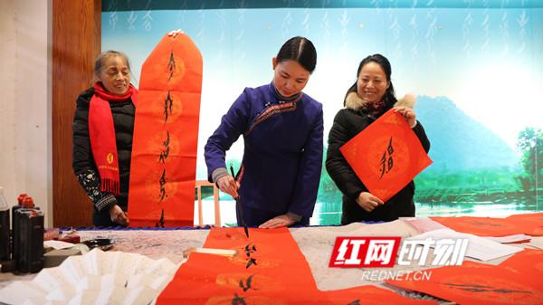 江永︰女書春聯成為瑤鄉(xiang)新年俗