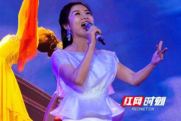 北京歌舞剧院青年歌唱演员刘美江等情景歌舞《五星红旗》《幸福的味道》。熊又华 摄DSC_8038.jpg