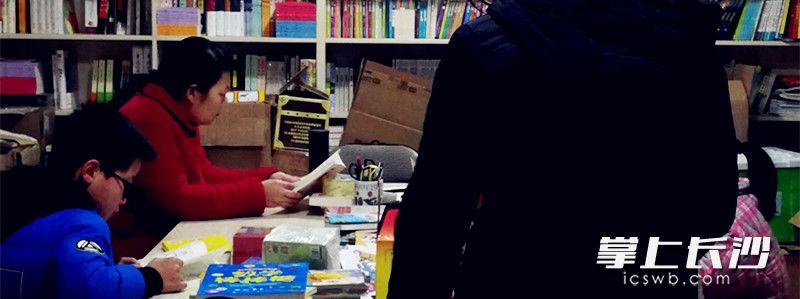 """""""同心书屋""""的读者有孩子有家长。"""