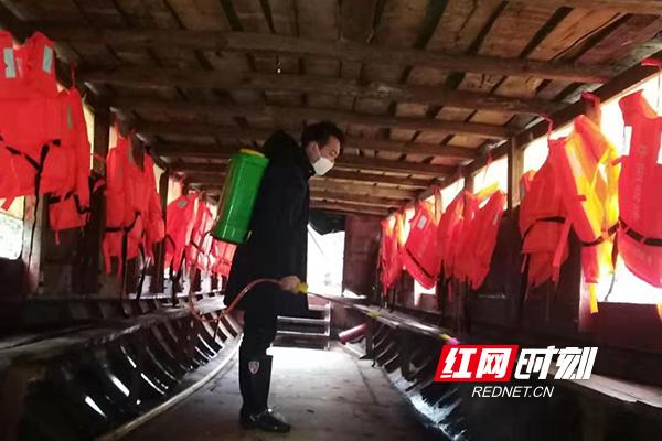 怀化市麻阳县水运事务中心工作人员联合水路客运企业对营运船舶进行消毒。.jpg
