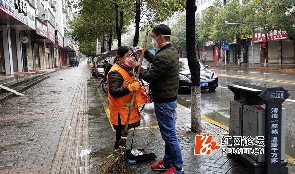 瀏陽網友︰除夕我(wo)給(gei)環衛工人送口罩(zhao)