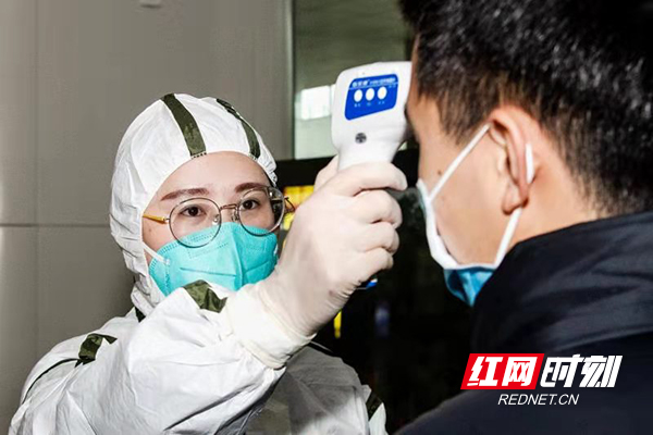 湘江新区综合交通枢纽客运站在进出站口设置了多个体温测量点,对进站旅客进行体温检测和信息登记。.jpg