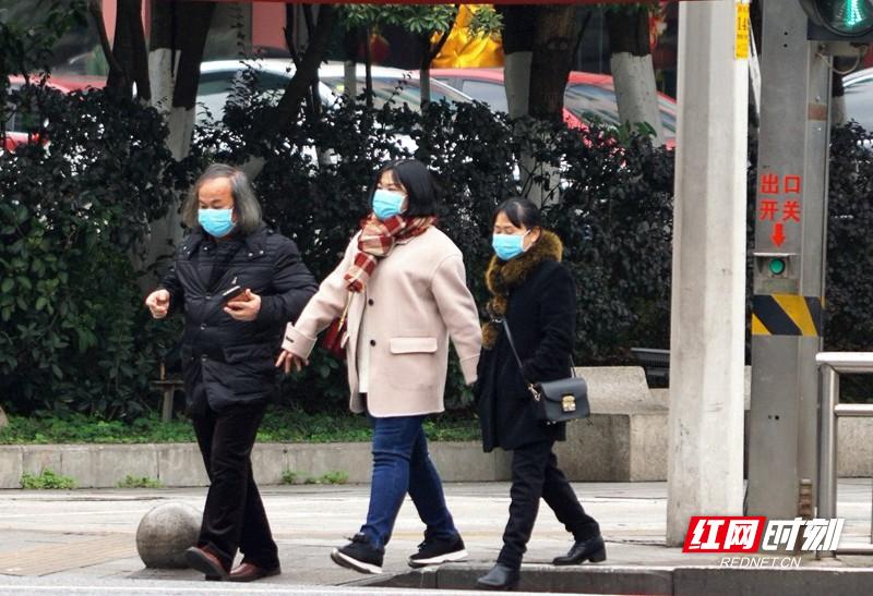 20200128郴州街头防控新型肺炎人民路国庆路交汇口1市民出行1.jpg