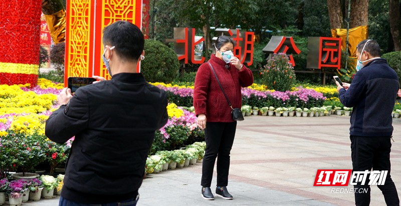 20200128郴州街头防控新型肺炎北湖公园戴口罩留影2.jpg