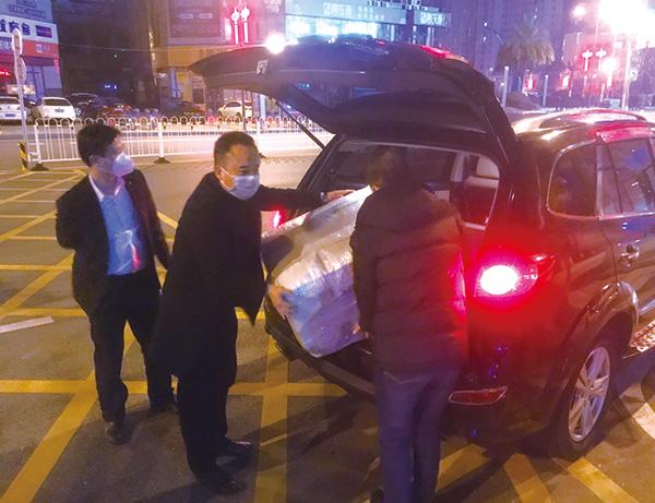 驱车8小时回浏阳捐赠2000只N95型口罩