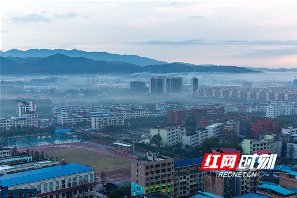2月14日,湖南省永州市东安县城区空气清新,楼宇间云雾缠绵。